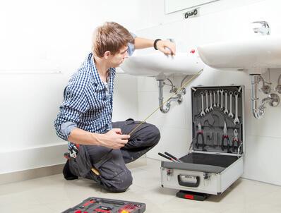 rohrreinigung rohrverstopfung handwerker im badezimmer