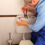Tpilettenspülung läuft - Handwerker repariert WC
